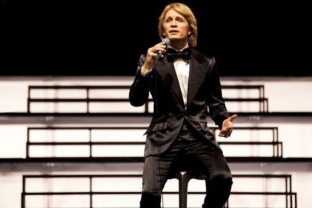 フランス人歌手、クロード・フランソワの生涯を映画化。演じたのは『ある子供』(05)のジェレミー・レニエだ