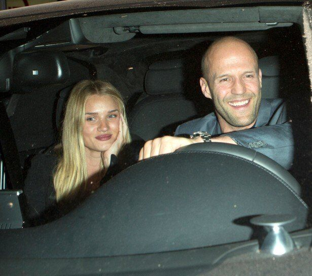 恋人を乗せ、笑顔で運転するステイサム