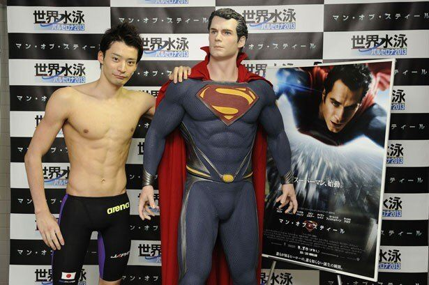 ロンドン五輪メダリストの入江選手が憧れのスーパーマンと共演!