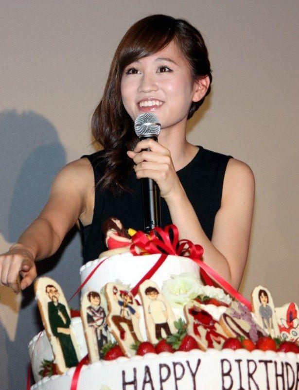 サプライズのバースデーケーキに大喜びの前田敦子