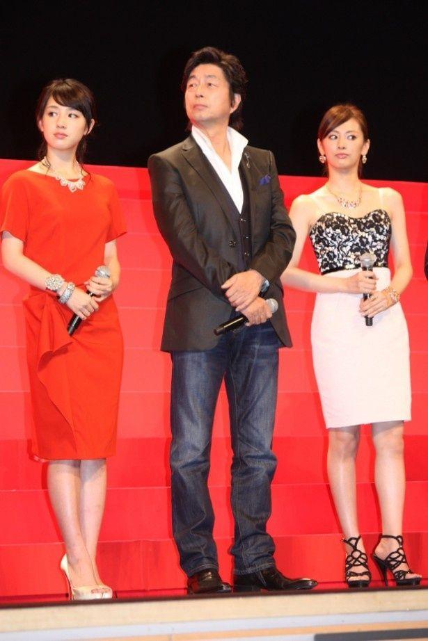 【写真を見る】北川景子は黒のレースのワンピース、桜庭ななみは真紅のワンピースで登壇