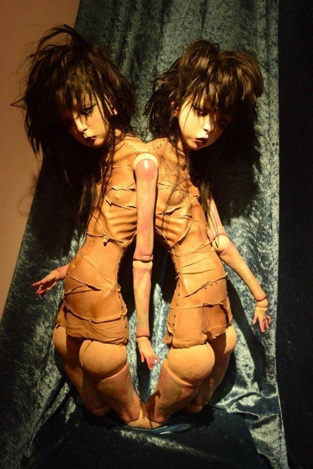 もう1人の自分が命をねらいにくる!?写真は劇中に登場するバイロケーション人形