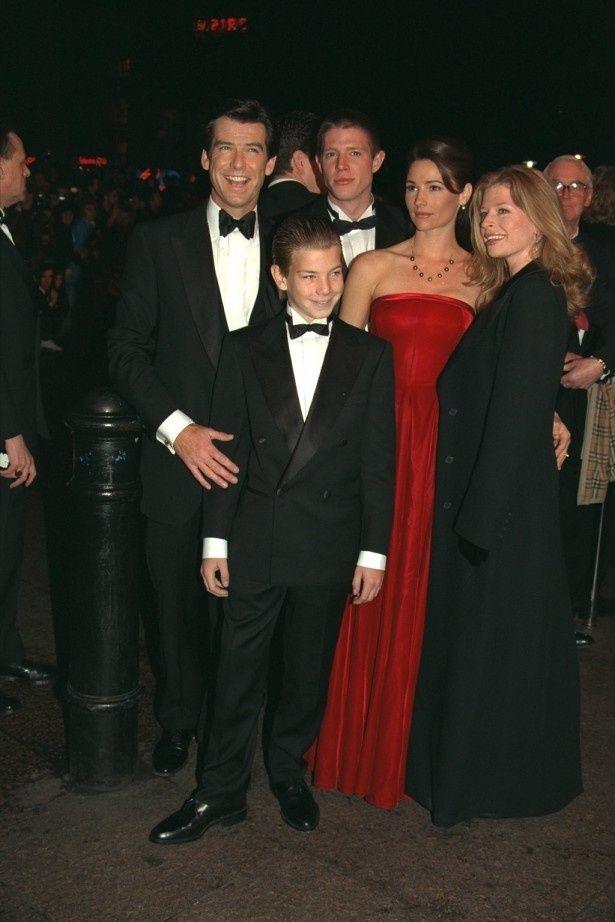 【写真を見る】黒いドレスを着た女性がブロスナンの娘、シャーロット