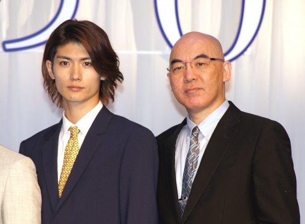 映画完成報告会に登場した三浦春馬と原作者・百田尚樹氏(写真左から)