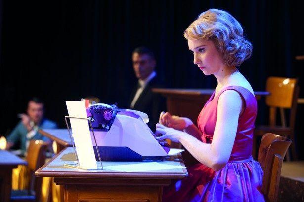 完璧な指さばきを披露する若手女優デボラ・フランソワ