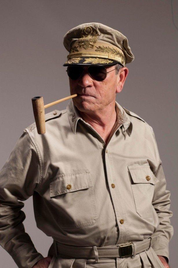 【写真を見る】コーンパイプとサングラスでマッカーサーになりきったトミー・リー・ジョーンズ
