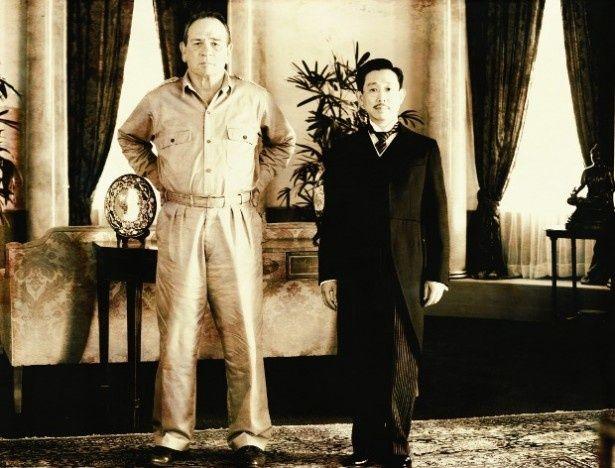 天皇とマッカーサー元帥が対面した時の記念写真も再現