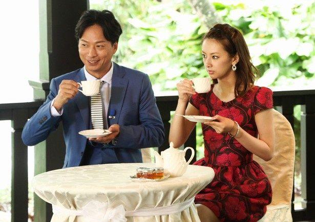 【写真を見る】シンガポールで行われたインターナショナルプレミアの一幕。影山(櫻井翔)のハーブティーを飲む北川景子と椎名桔平