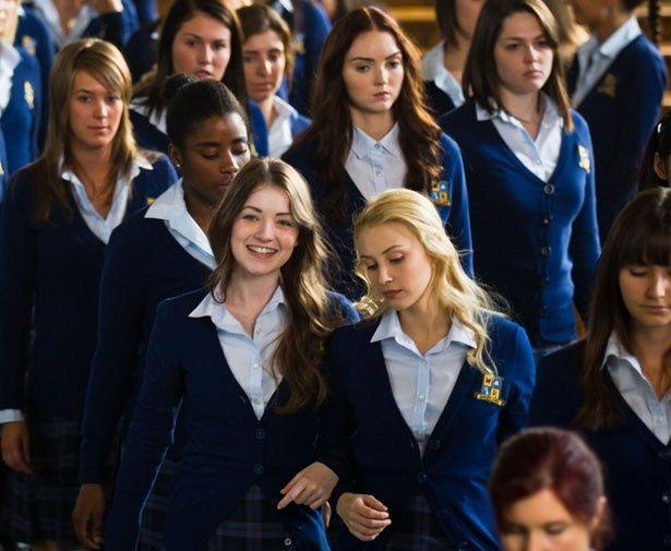 伝統ある女子寄宿学校を舞台に、ミステリアスな事態が続発!