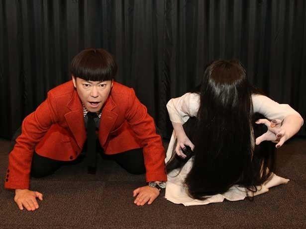 一緒に土下座(?)をする、『謝罪の王様』主演の阿部サダヲと『貞子3D2』の貞子