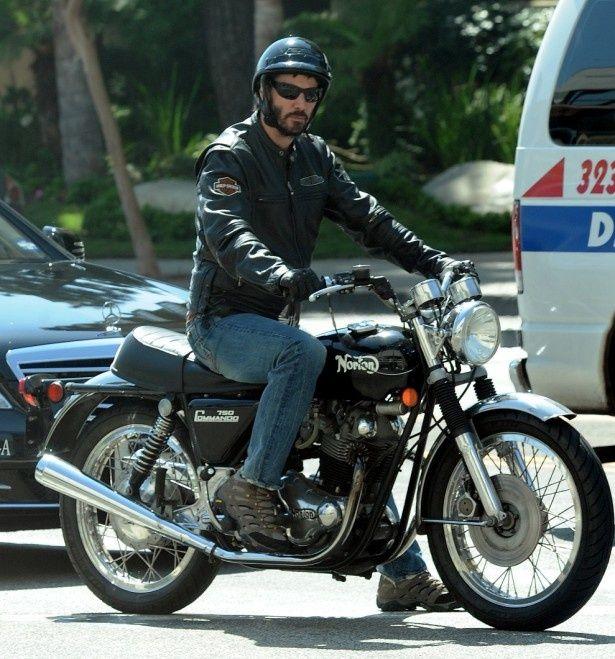 激太りのキアヌ・リーブス、謎の美女とバイク2人乗り!?