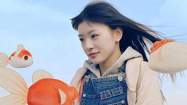 注目の美少女・優希美青が、新しい母親との関係に揺れるヒロインを熱演!(『空飛ぶ金魚と世界のひみつ』)