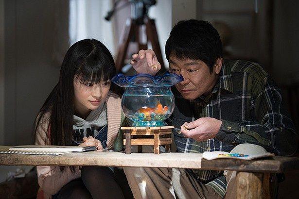 中国人の母親を受け入れられないみどりのために、父親(ダンカン)が絵本を書き始める(『空飛ぶ金魚と世界のひみつ』)
