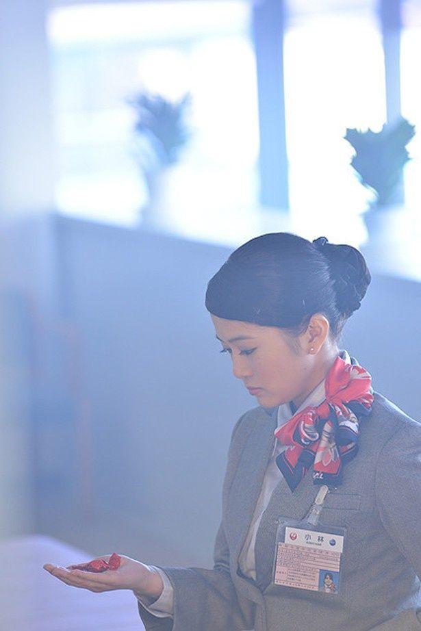 佐津川愛美が空港で働く新米グランドスタッフを演じる(『空飛ぶ金魚と世界のひみつ』)