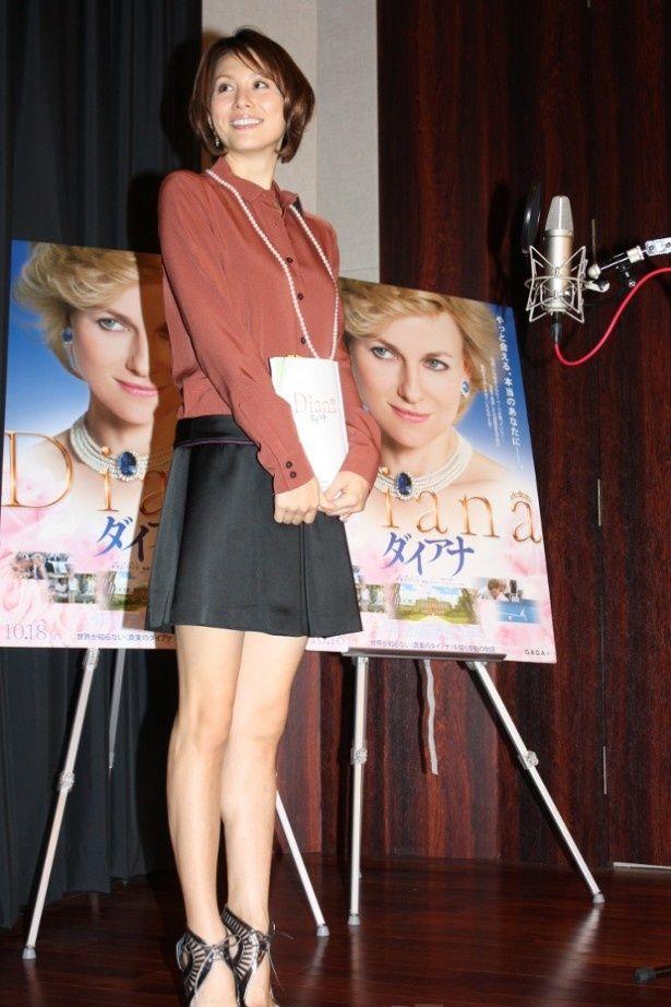 【写真を見る】米倉涼子はダイアナ妃をイメージした清楚なミニワンピースで美脚を披露
