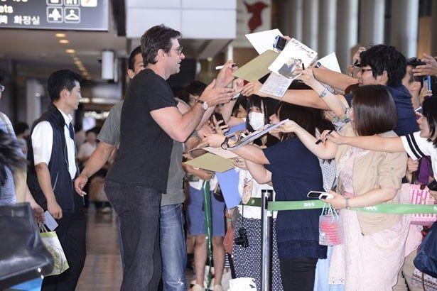 成田空港にはファン800人以上が押し寄せた。遠くは四国・香川から駆けつけたファンもいたとか