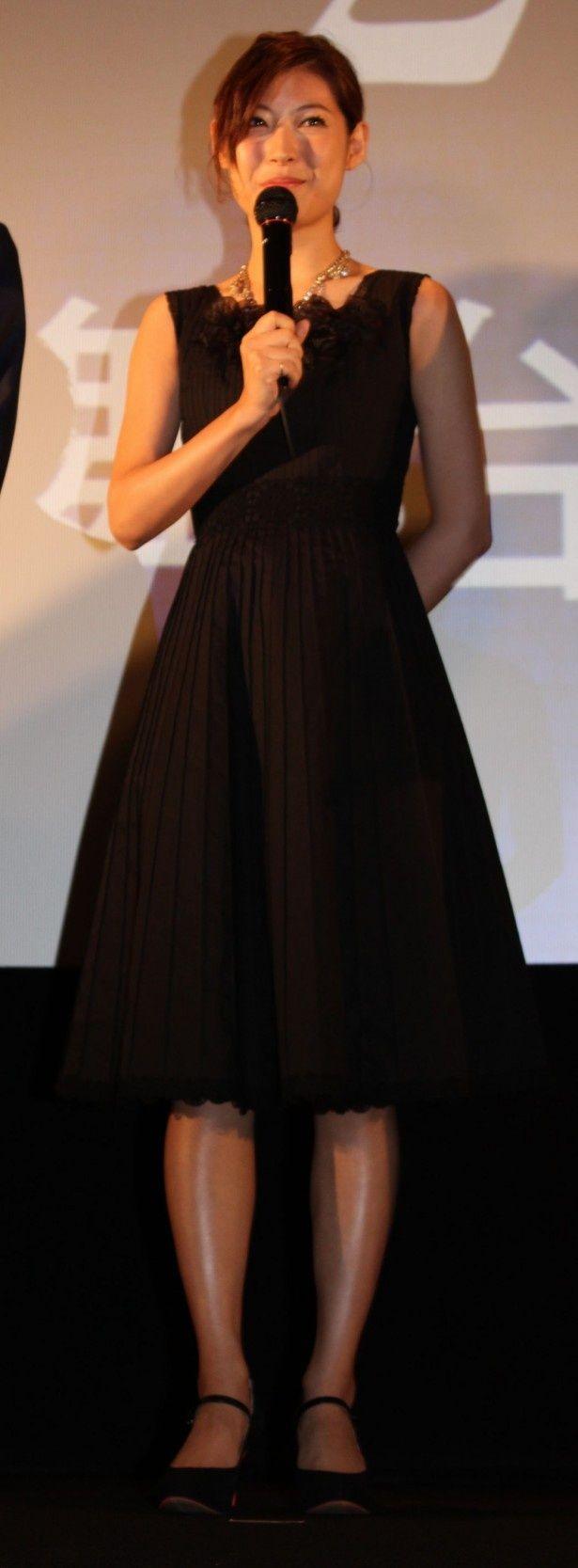 【写真を見る】黒の大人っぽいドレスで登場した瀧本美織