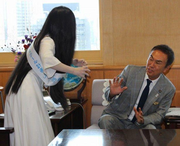 【写真を見る】貞子に襲い掛かられ、体をのけぞらせた石原伸晃環境大臣