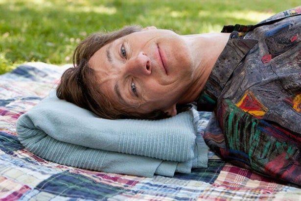"""""""障害者の性""""というタブー視されがちなテーマに挑んだ注目作『セッションズ』。首から下が動かせない障害者という難役を演じるのはジョン・ホークス"""