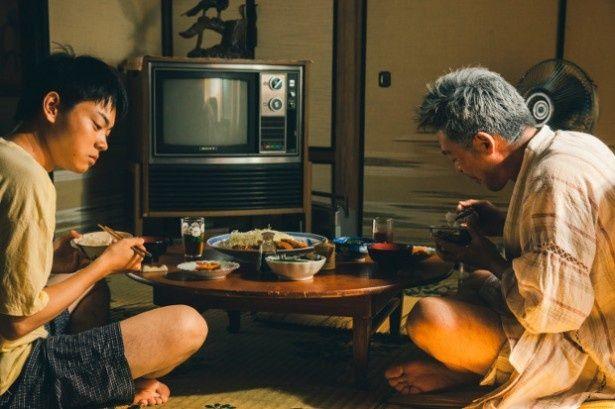 菅田将暉扮する17歳の遠馬は、父親とその愛人と共に暮らしている