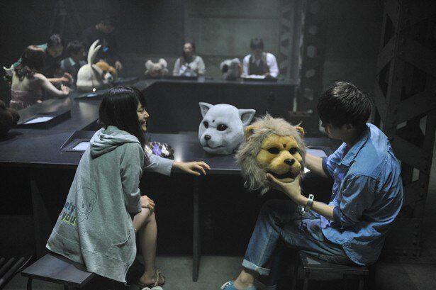 共演者の瀬戸康史もライオンマスクに興味津々?(『JUDGE ジャッジ』)