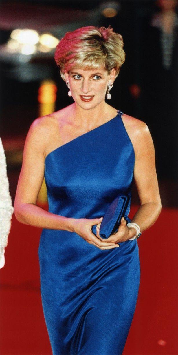 【写真を見る】青いドレスに身を包んだダイアナ元妃。この青い衣装は劇中でも再現されている