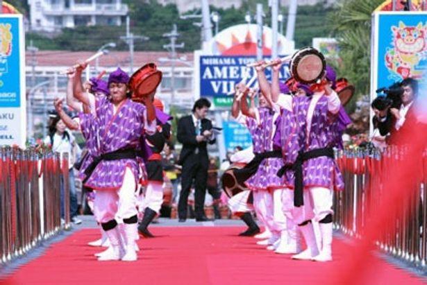 沖縄舞踊エイサーで幕開け