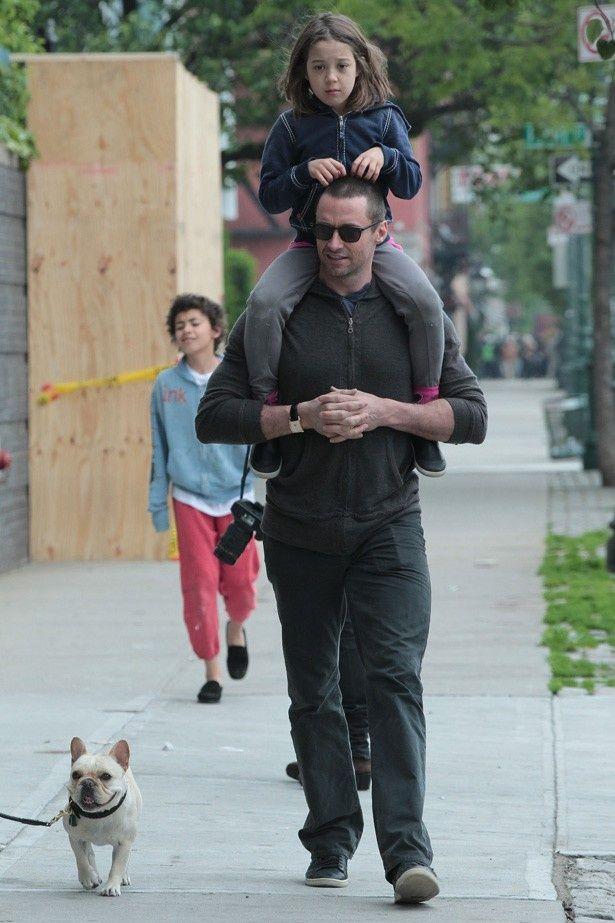 娘のアヴァ・エリオットを肩車する良きパパなジャックマン