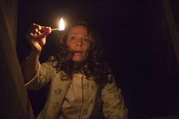 【写真を見る】真っ暗な地下室から手を叩く音が…。覗いてみると?