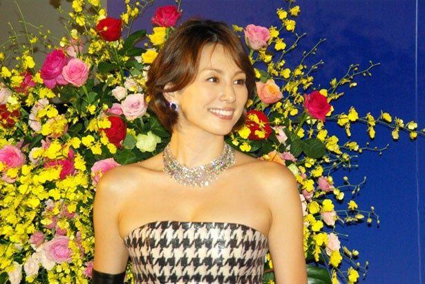 ショパールの宝飾品を着用し、完成披露試写会に登場した米倉涼子