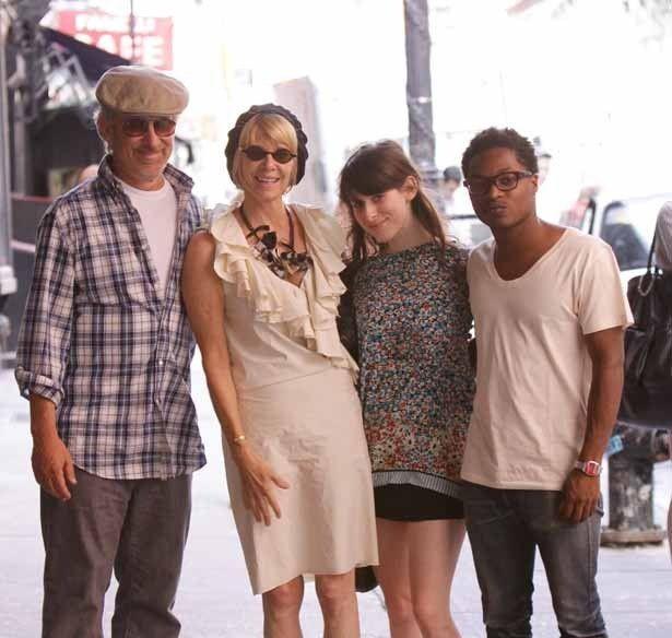 写真左からスピルバーグ監督、妻ケイト・キャプショー、娘サーシャと息子のテオ