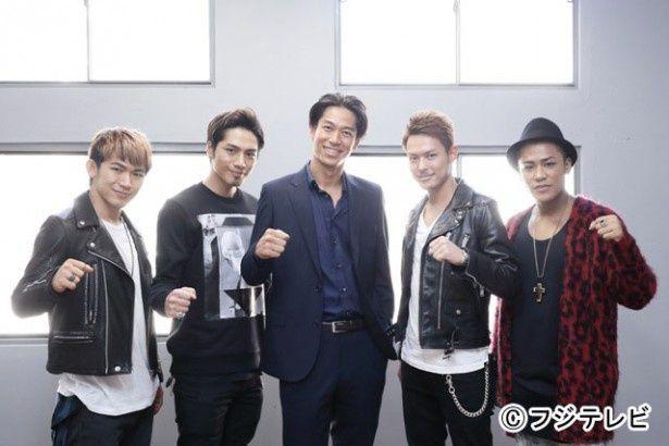 「ハニー・トラップ」(フジテレビ系)の撮影現場に、主題歌を歌う三代目J Soul Brothersの4人がサプライズ訪問(中央は主演のAKIRA)