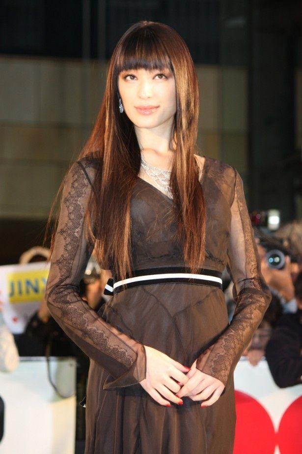 栗山千明は黒のドレス。袖はシースルー!