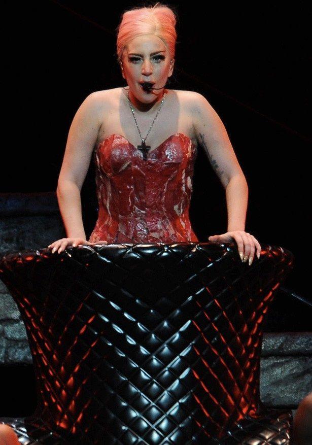 レディー・ガガの生肉を使ったドレスを生んだスタイリストがマイリー・サイラスに興味?