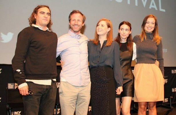 『Her』の上映でニューヨーク映画祭に登場した(写真左より)ホアキン・フェニックス、スパイク・ジョーンズ監督、エイミー・アダムス、ルーニー・マーラ、オリヴィア・ワイルド
