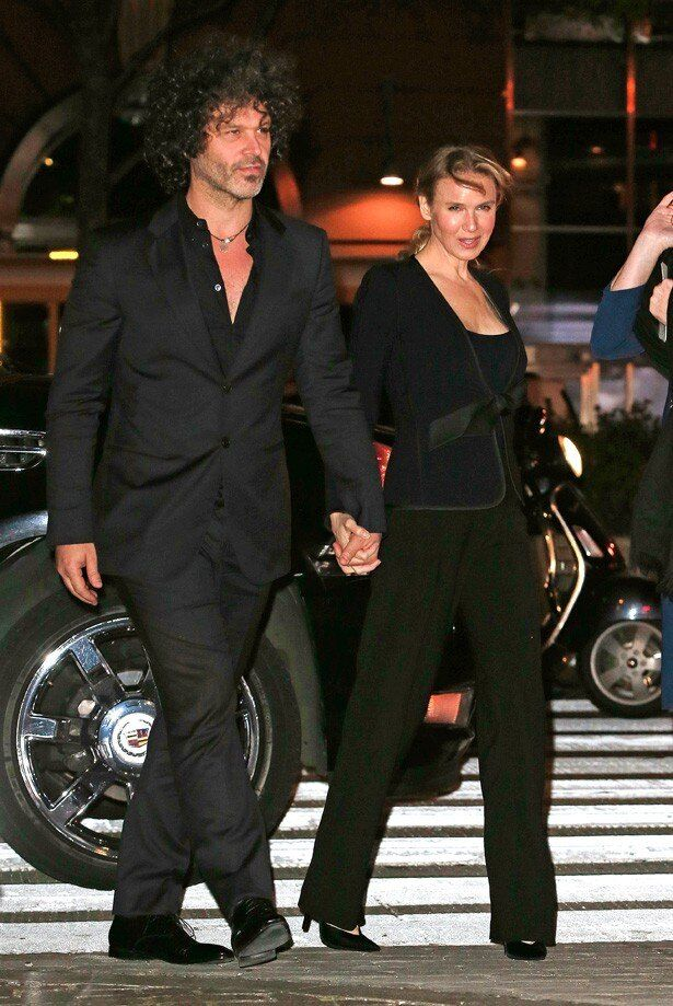 【写真を見る】ボーイフレンドと手をつないで歩くレニー