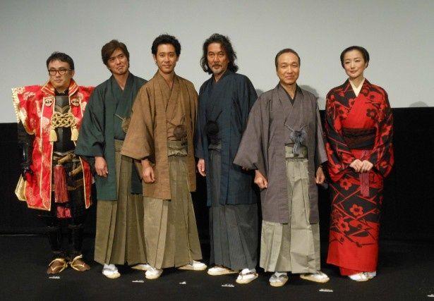 映画「清須会議」の舞台挨拶に登壇した(左から)三谷幸喜監督、佐藤浩市、大泉洋、役所広司、小日向文世、鈴木京香
