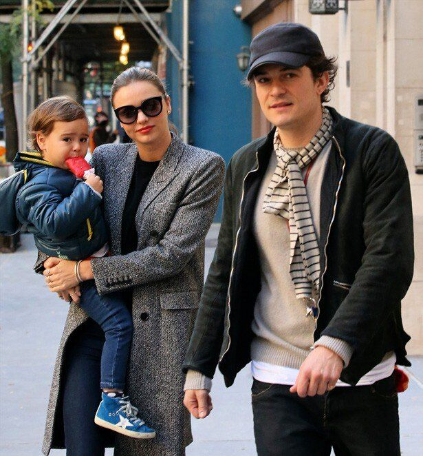 息子と仲良く外出するオーランド・ブルームとミランダ・カー