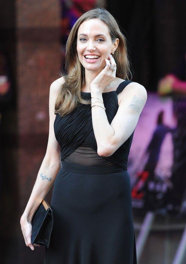 ブラピ主演映画のプレミアに参加するためロンドンへ。やんちゃだったアンジーもいまやすっかり献身的ないい女