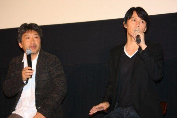 【写真を見る】サプライズ登場した福山雅治と是枝監督