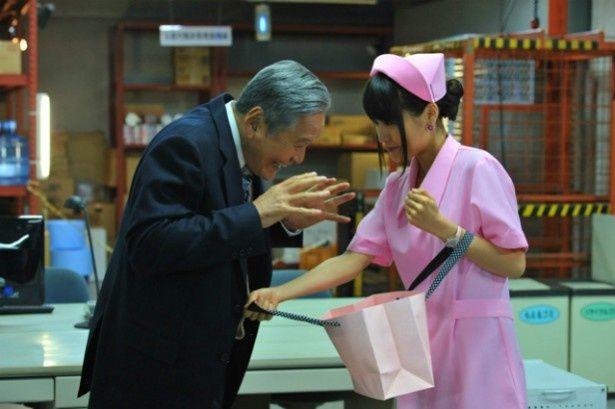 【写真を見る】有村架純扮する雅が、竜雷太扮する年上の恋人にビキニを見せるシーン