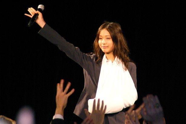 劇中と同じ衣装で登場し、ファンを喜ばせた戸田恵梨香