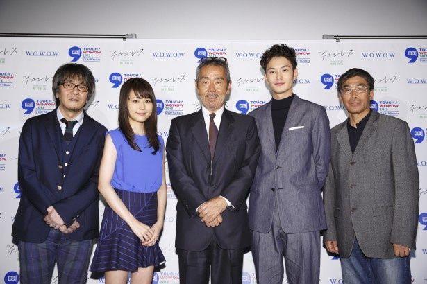 ドラマW「チキンレース」の舞台挨拶より。左から岡田惠和氏、有村架純、寺尾聰、岡田将生、若松節朗監督