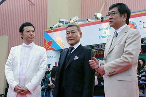 レッドカーペットで質問を受ける板尾創路監督、國村隼、石坂浩二(左から)