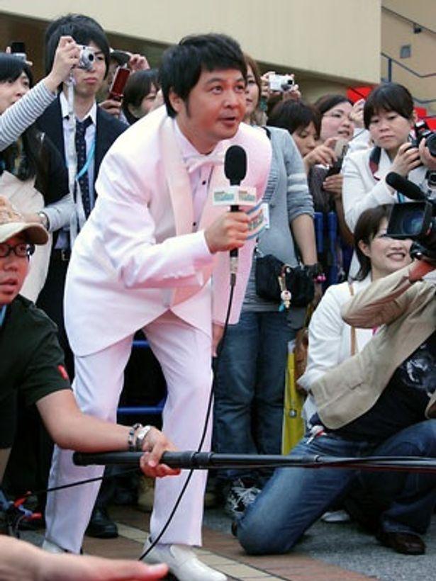 山崎邦生が監督と同じく白いタキシードで質問!