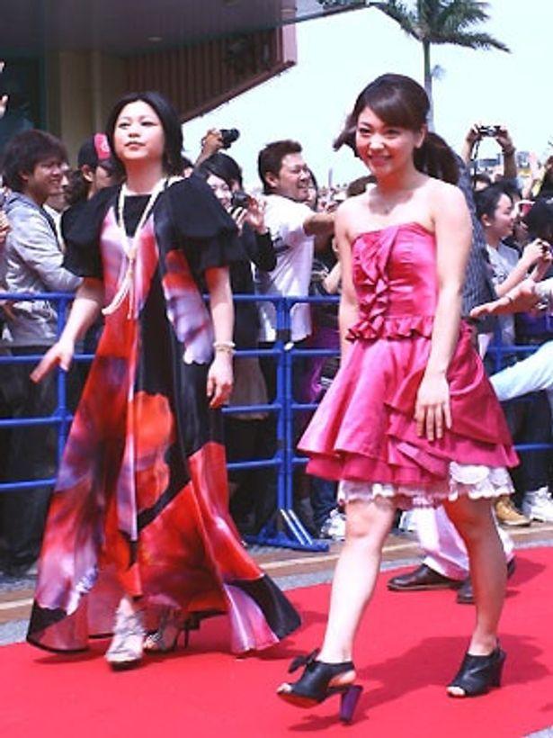 レッドカーペットを歩く看護士役のAKINA(右)と主題歌を歌う夏川りみ