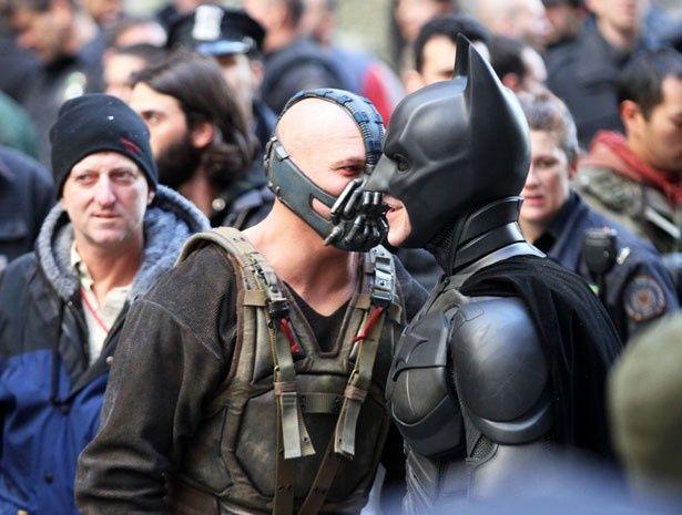 『ダークナイト ライジング』で敵だったベインとも、カメラがまわっていなければ仲良しのバットマン
