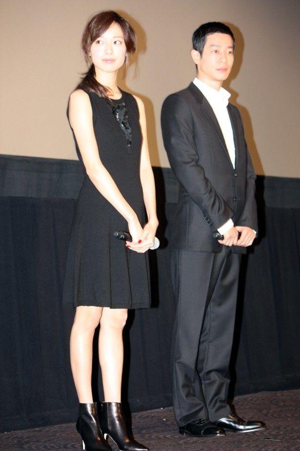 【写真を見る】戸田恵梨香は黒のノースリーブの膝上ワンピースで登壇