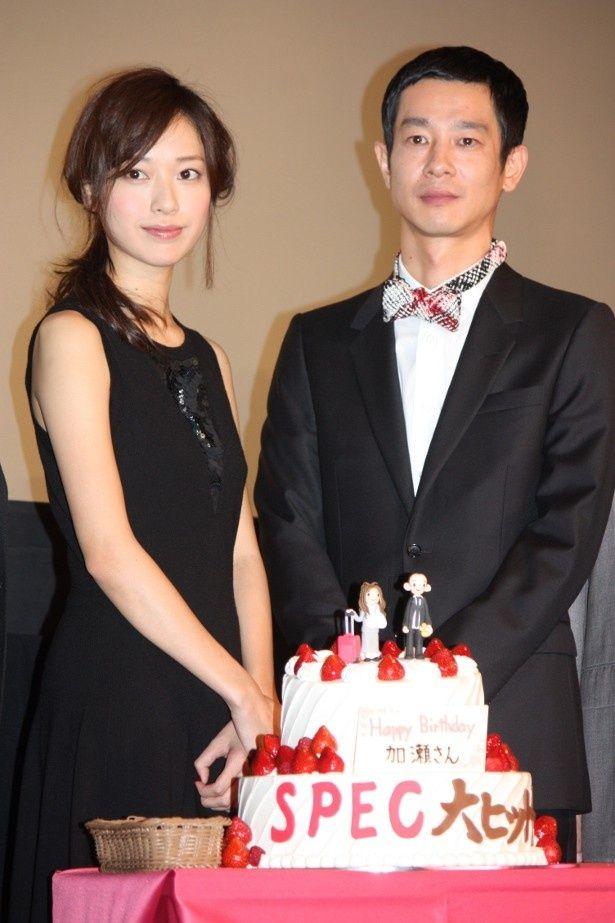 戸田恵梨香たちがサプライズで加瀬亮の誕生日をお祝い