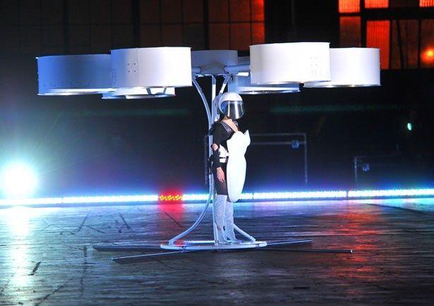 ガガが世界初の「飛ぶドレス」を着てファンの前に登場!